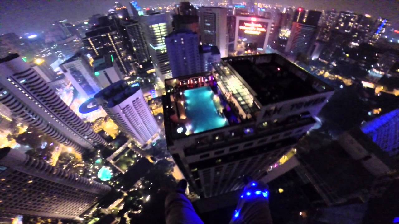 maxresdefaultV1B7FIHI Basejumper springt vom KL Tower in Kuala Lumpur und landet im Swimming Pool
