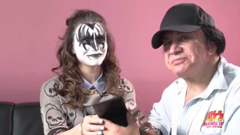 maxresdefault2GST007N e1414972929527 Ein Make Up Tutorial, wie wir es mögen: Gene Simmons von KISS trägt sein ikonisches Make Up auf