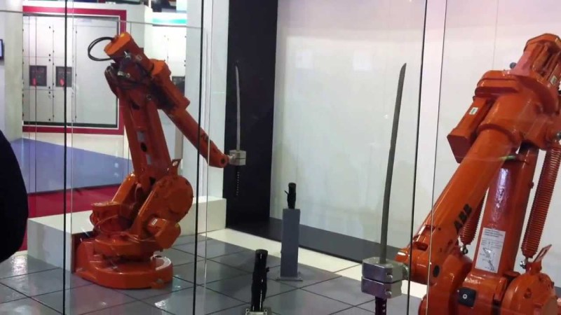 maxresdefault6 e1415709683159 Zwei Industrieroboter duellieren sich mit Katanas