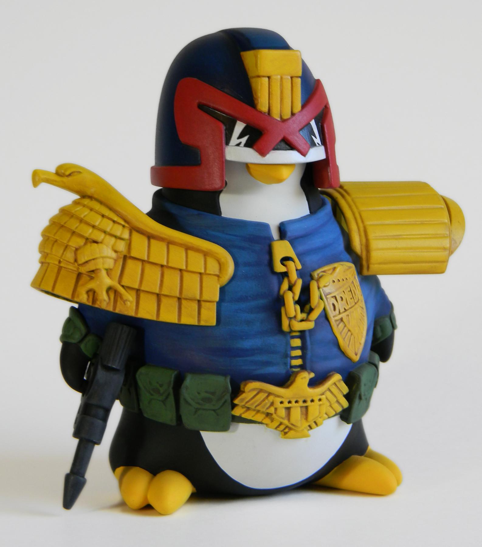 Dinge, von denen ihr nicht wusstet, dass ihr sie wollt: Eine Judge-Dredd-Cosplay-Pinguin-Actionfigur