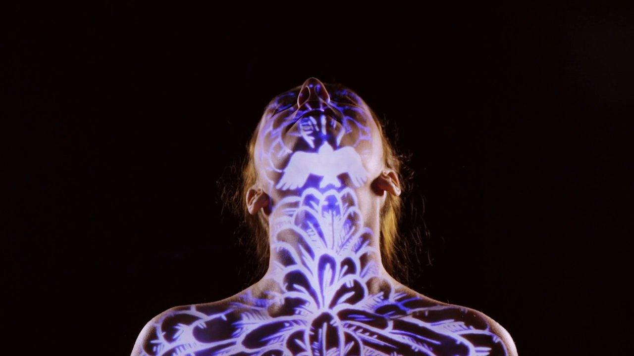 """Emmy Curl hat das Musikvideo zu """"Come Closer"""" in einem Take mit Live Body Projectiosn gedreht und es ist echt hübsch!"""