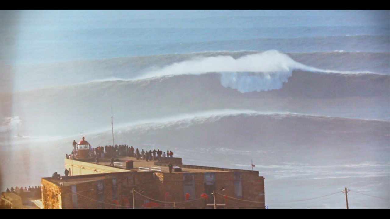Surfen auf Riesenwellen vor der Küste Portugals