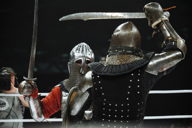 In Russland gibt es jetzt MMA-Kämpfe mit mittelalterlichen Rüstungen