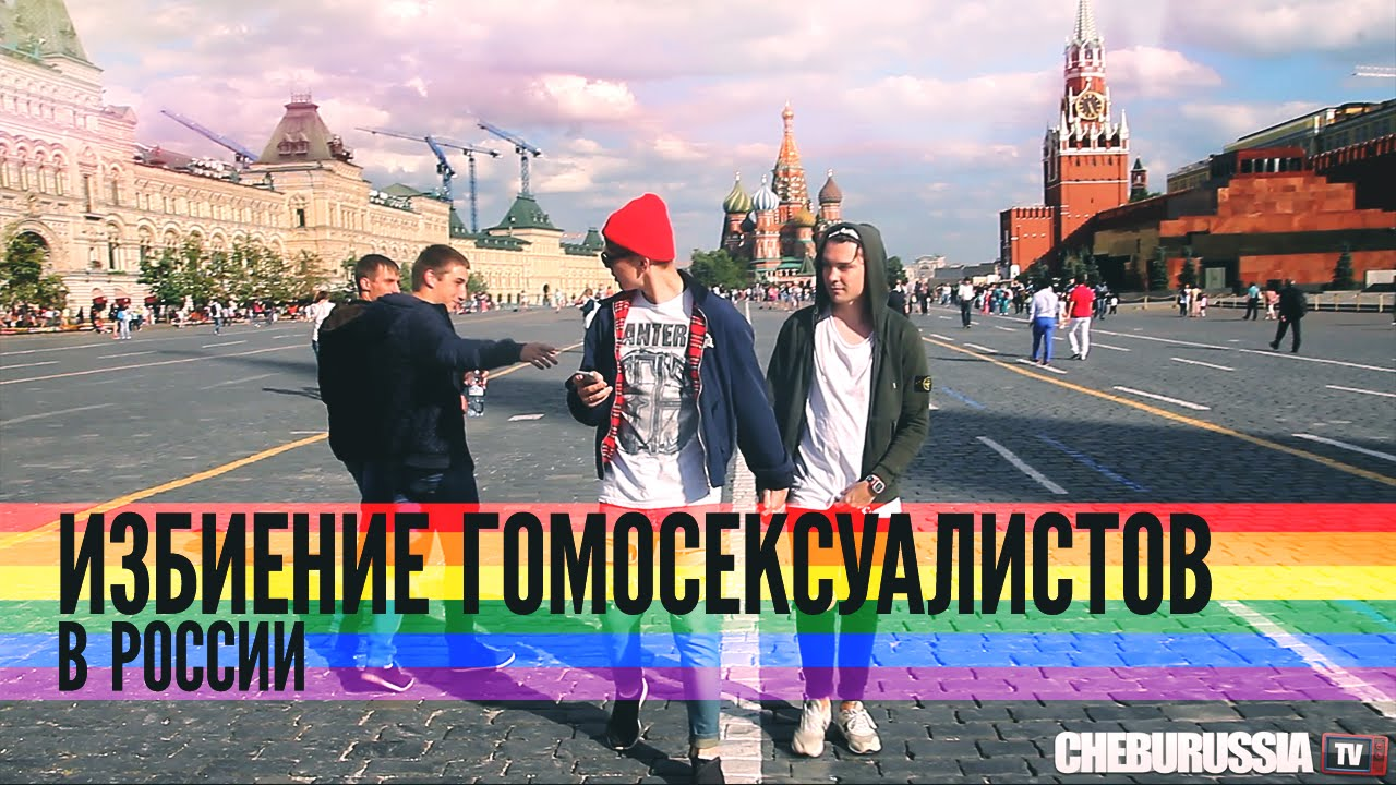 Zwei Männer halten Händchen auf russischen Straßen