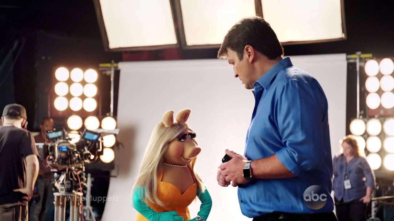 Miss Piggy findet den Po von Nathan Fillion auch gut