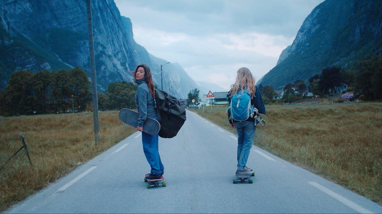 Longboardend durch die wunderschöne Landschaft Norwegens