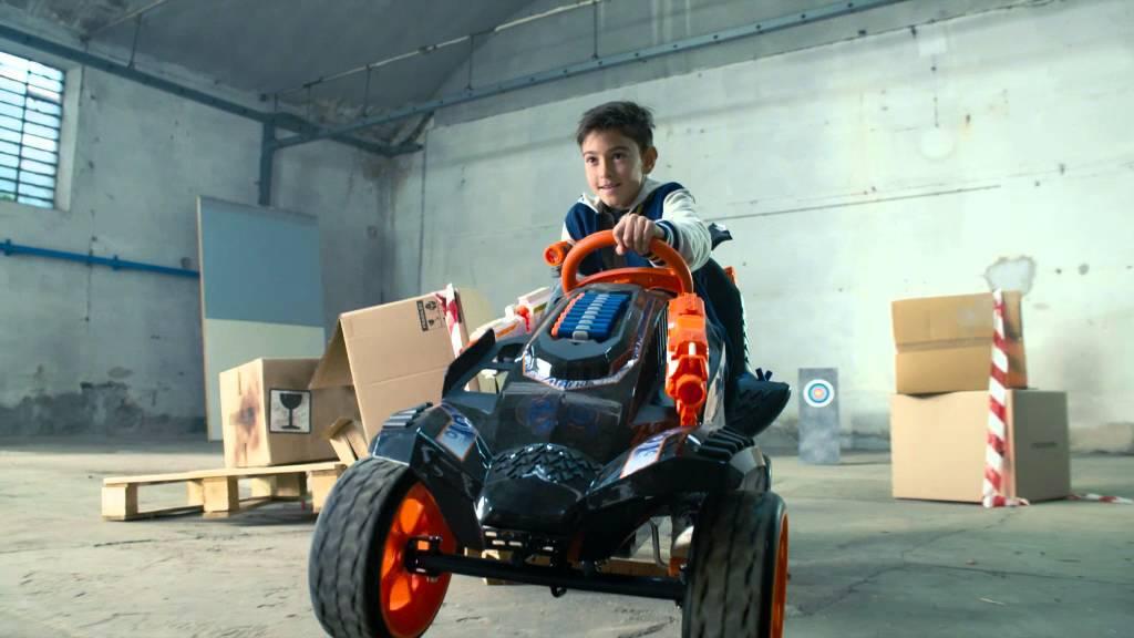 Der NERF Battle Racer ist ein mit Schaumstoffpfeilen gespicktes Tretauto für Kinder