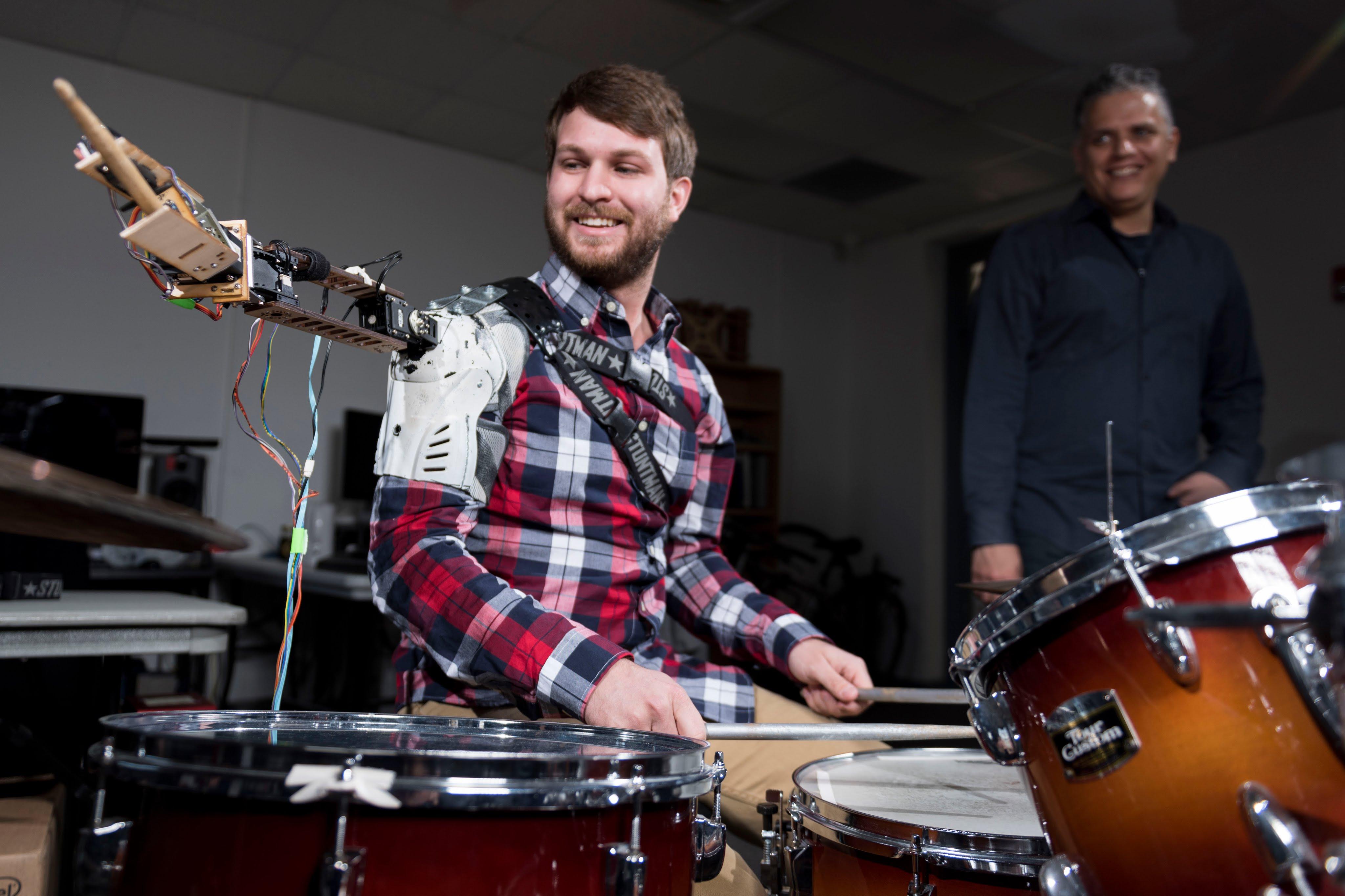 Robot sei Dank kann man nun dreiarmig Schlagzeug spielen