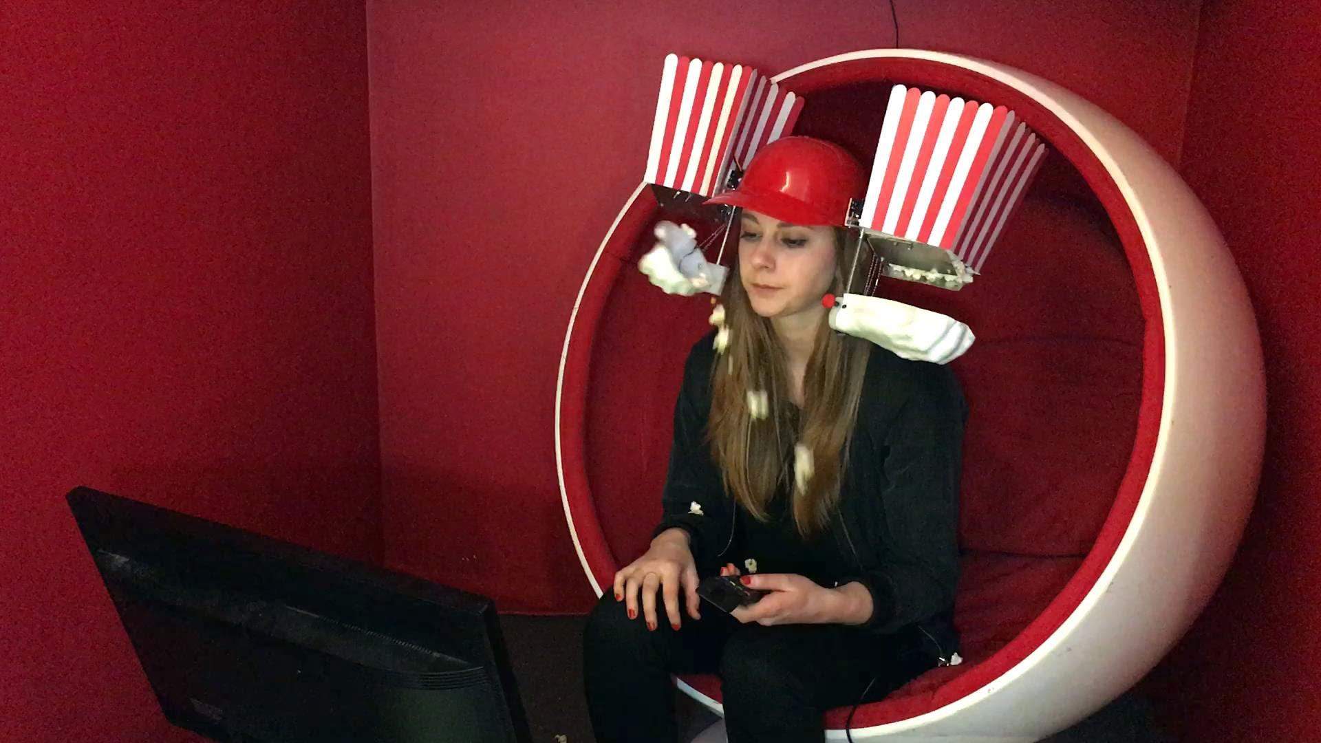 Simone Giertz, das Mädchen mit den lustigen Robotern, hat einen Popcorn-Fütter-Helm gebaut