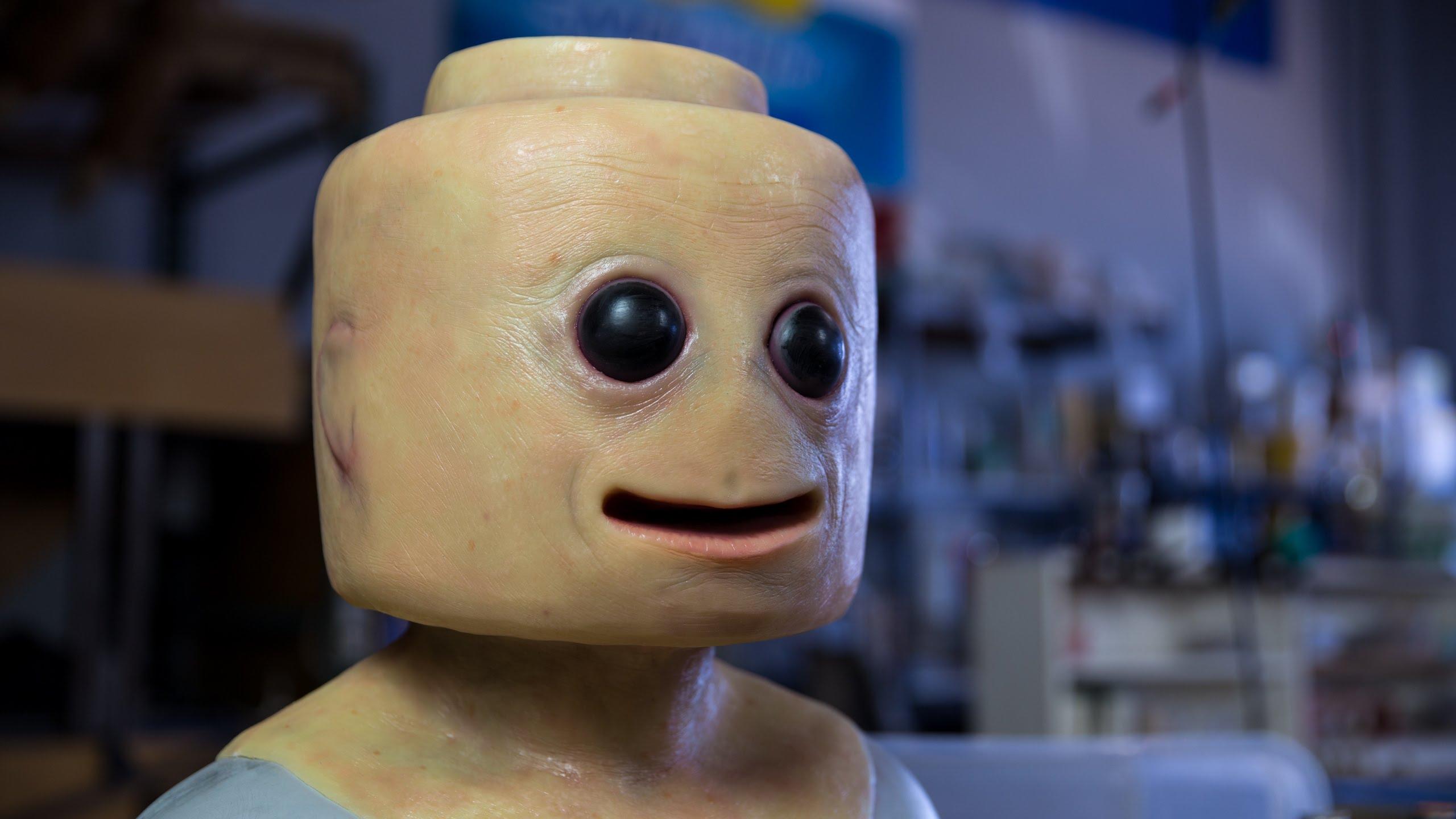 Die menschliche Version einer LEGO-Figur besucht die SDCC 2016