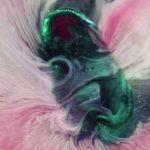 Makro-Aufnahmen sich im Zeitraffer auflösender Tabletten und Kapseln