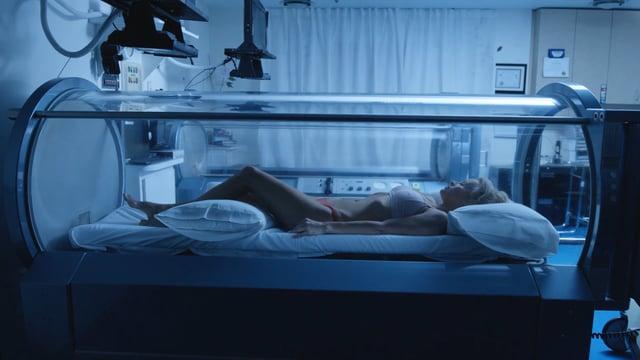 "Im dystopischen Kurzfilm ""Connected"" sucht Pamela Anderson Anschluss"