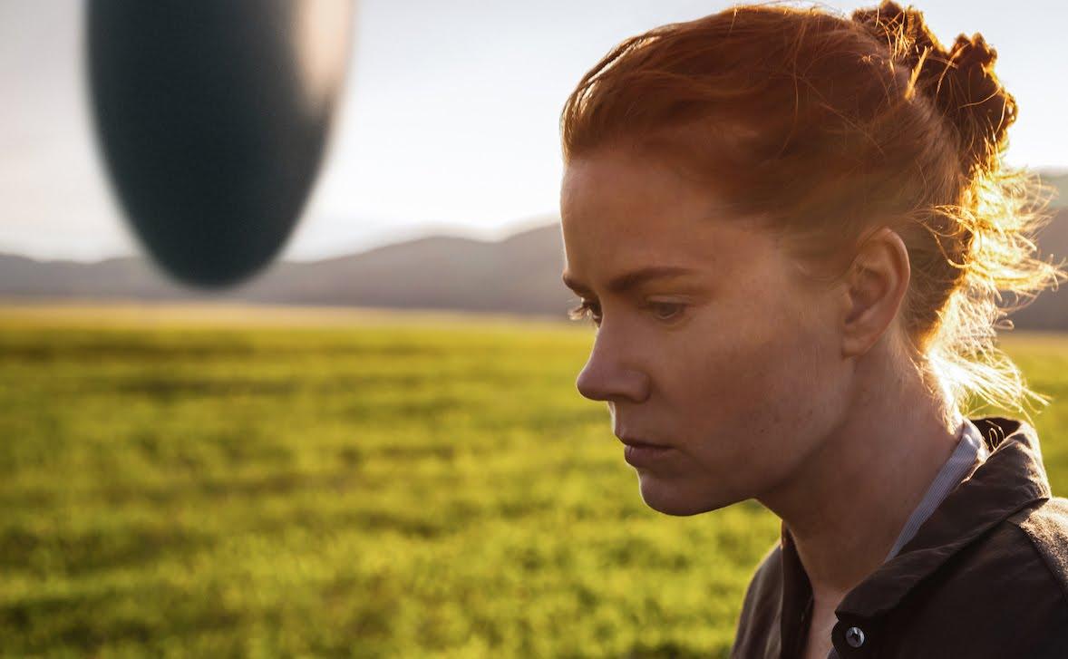 """Im Teaser zu """"ARRIVAL"""" nehmen Amy Adamy und Jeremy Renner Kontakt zu Aliens auf"""