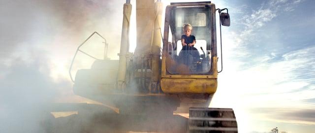 """Im Kurzfilm """"Beyond"""" befreit ein Junge seiner Eltern aus einem brennenden Auto im Stil von 80s-Abenteuerfilmen für Kids"""