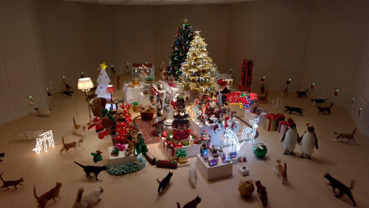 Eine Herde Katzen zerspielt ein über-weihnachtlich dekoriertes Zimmer