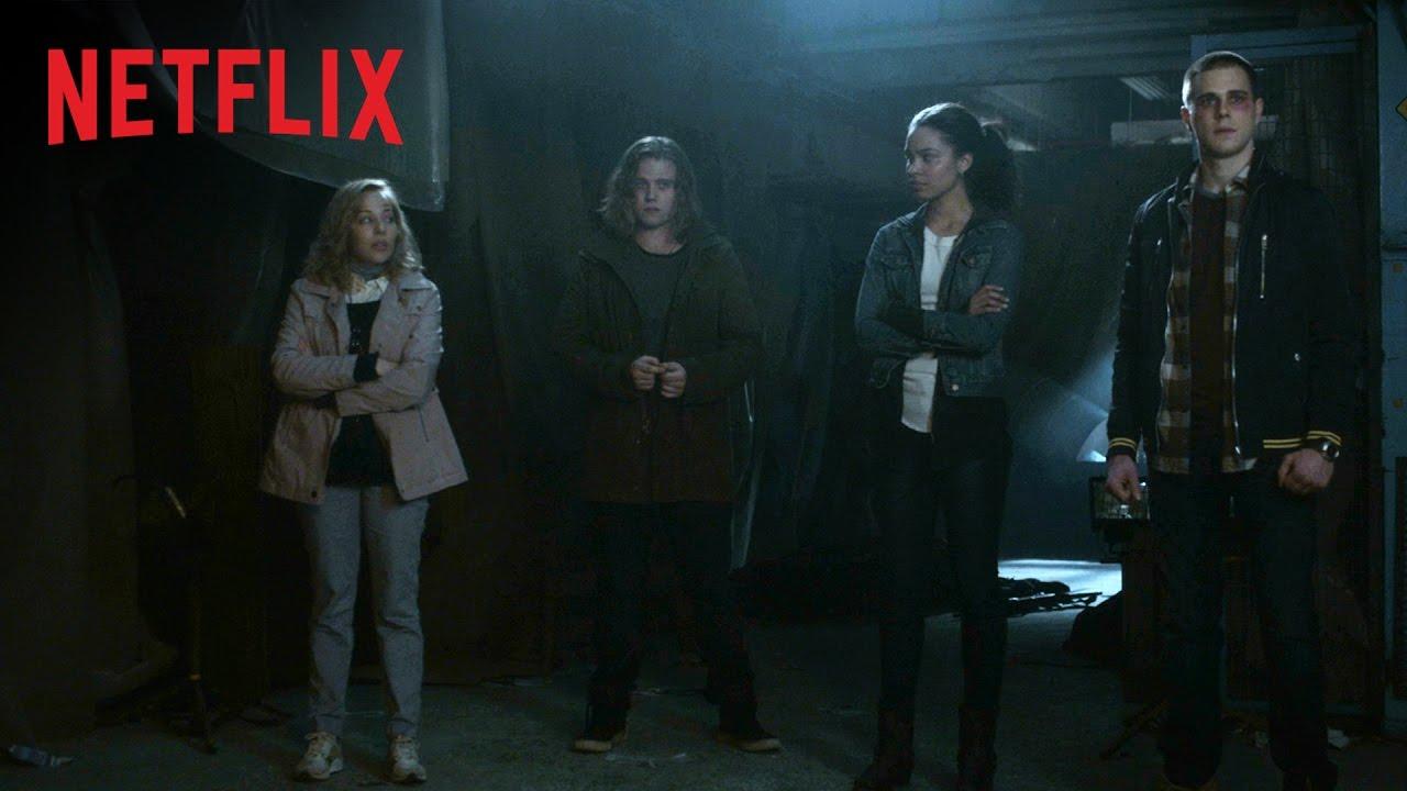 """In der Netflix-Serie """"Travelers"""" übernehmen Leute aus der Zukunft die Körper von Leuten in der Gegenwart"""