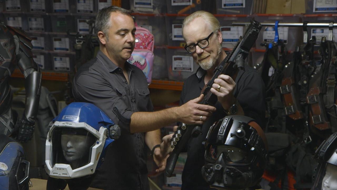 """Adam Savage besucht die Requisten und Kostüme von """"The Expanse"""""""
