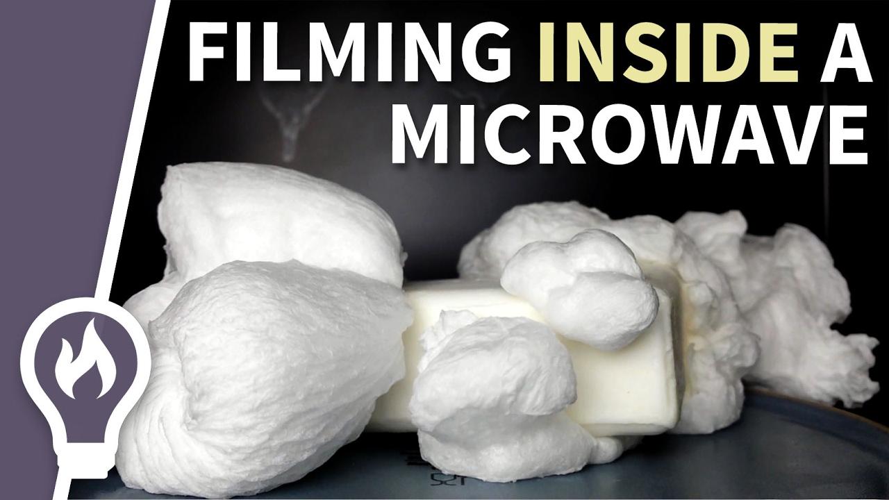Seife in der Mikrowelle, gefilmt aus dem Inneren der Mikrowolle