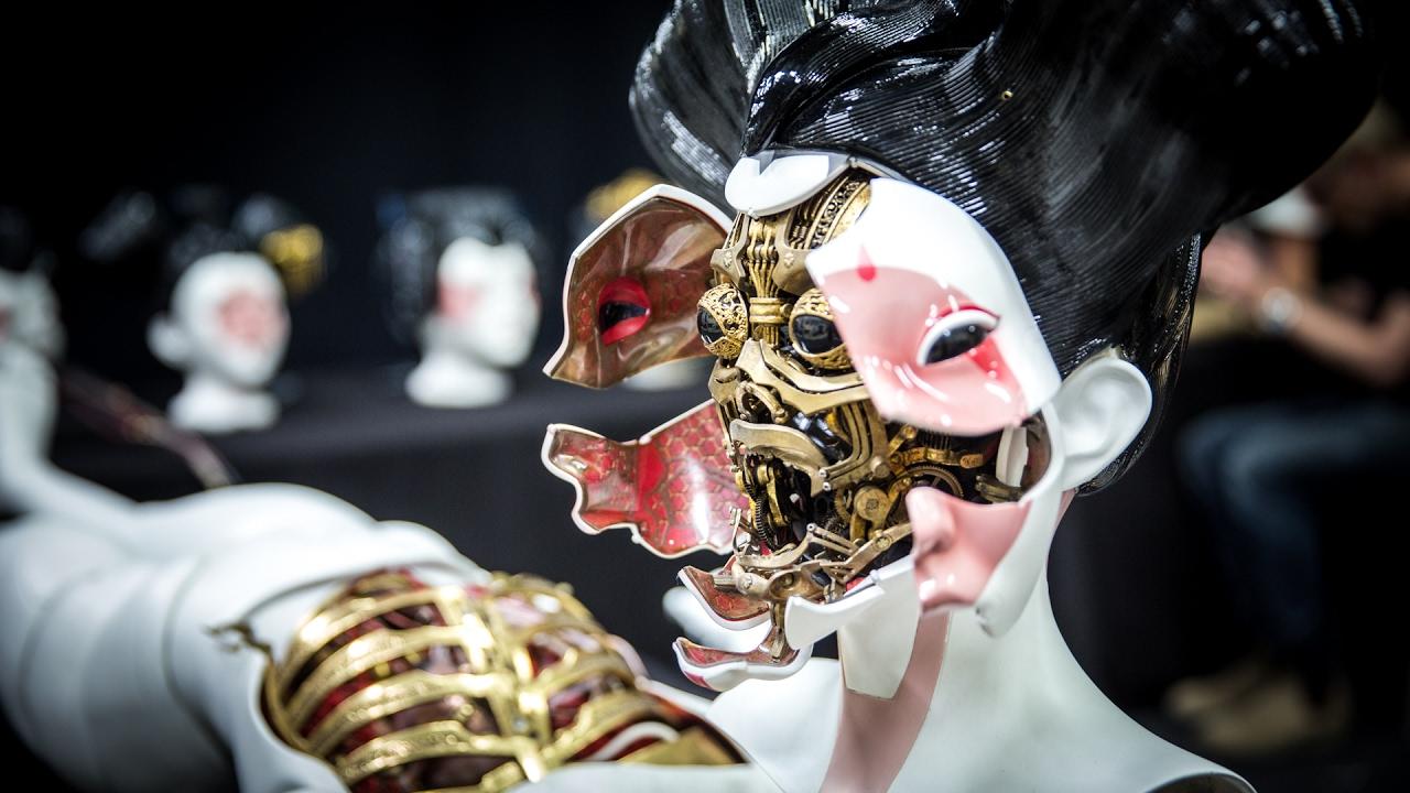 """Adam Savage besucht die Robo-Geishas aus """"Ghost in the Shell"""" bei Weta"""