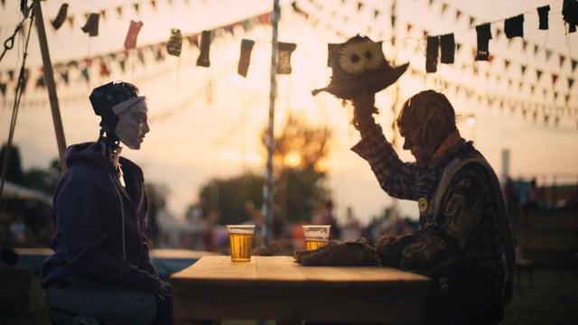"""Im Kurzfilm """"Robot & Scarecrow"""" finden ein sterbender Roboter und eine Vogelscheuche zueinander"""
