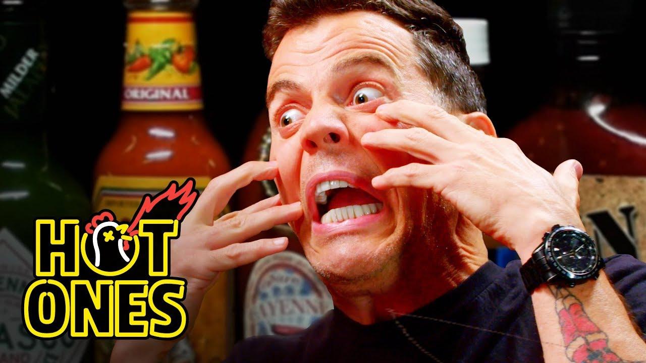 Steve-O erzählte irre Geschichten aus seinem Leben und isst dabei viel zu scharfe Chili Sauce