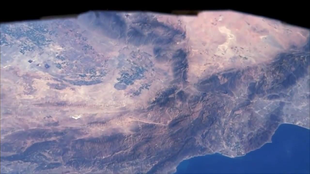 Astronauten zeigen von der ISS aus auf bekannte Städte