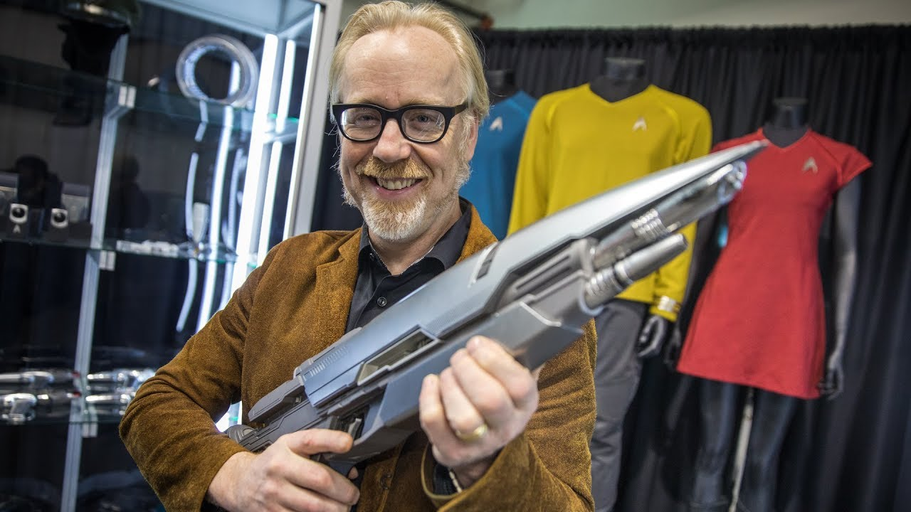 """Adam Savage hat viel zu viel Spaß mit den Kostümen des """"Star Trek""""-Reboots"""