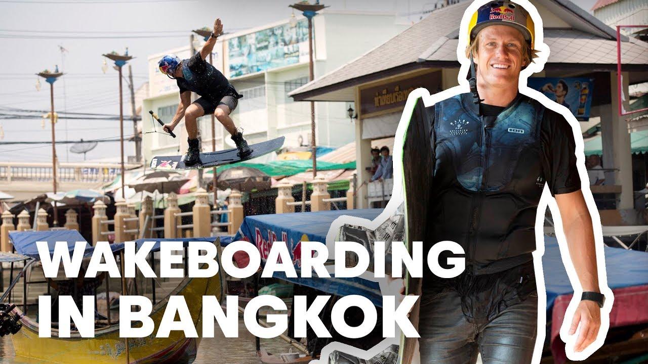 Dominik Gührs fährt mit seinem Wakeboard durch die schwimmenden Gärten Bangkoks