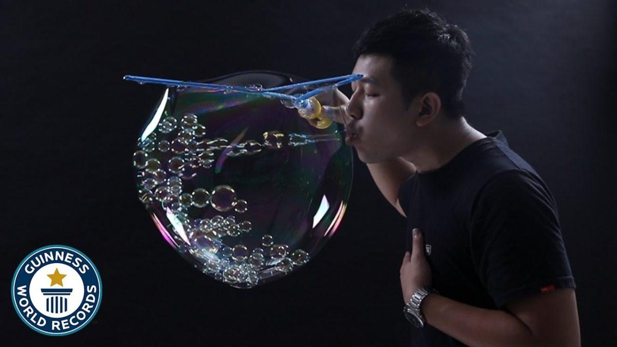 Und der Guiness Weltrekord für die meisten kleinen Seifenblasen in einer großen Seifenblase geht an Chang Yu-Te