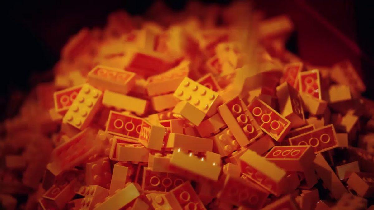 LEGO zeigt uns die Bausteinproduktion vom Granulat bis zum fertigen Set