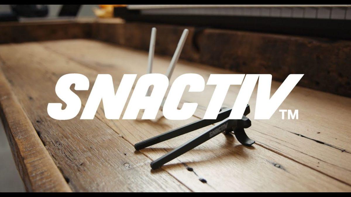 SNACTIV sind wie Essstäbchen an deinen Fingern für effizienteres Snacken beim Zocken (oder Arbeiten)