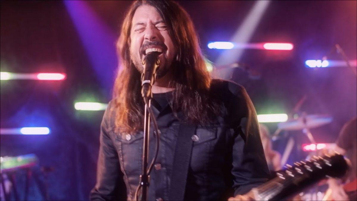 """Die Foo Fighters singen """"You Should be Dancing"""" von den Bee Gees als die Dee Gees"""